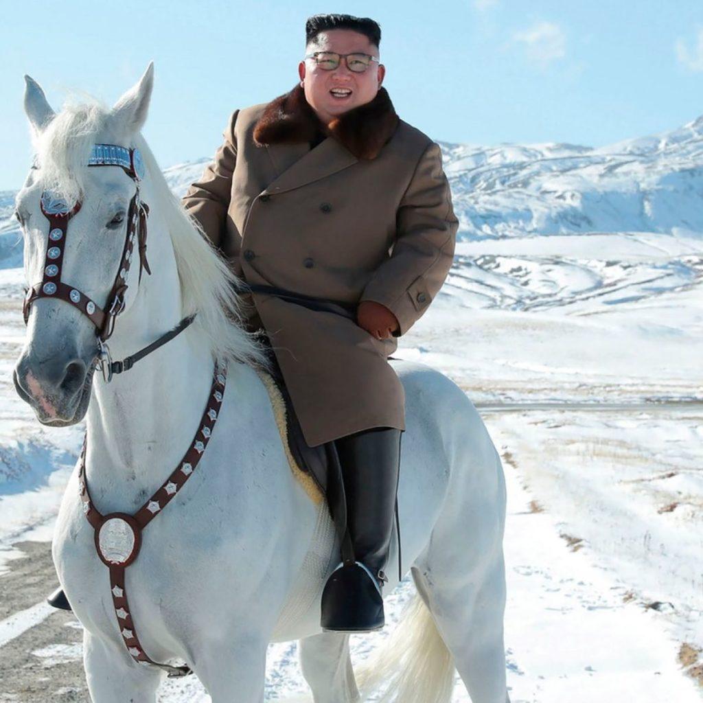 Jong-Un in monte sacrō equitat.